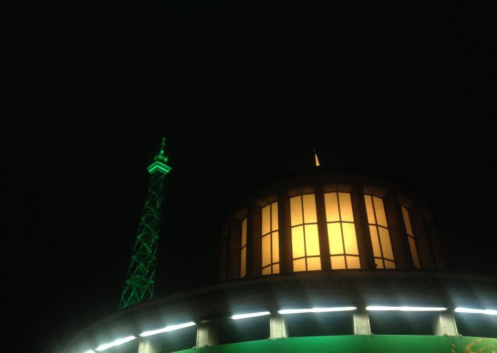 Bild: Der Funkturm am Messegelände mit grüner Beleuchtung